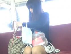 【HD隠撮動画】ヤベー!電車で見かけた超美形お嬢様を尾行してスカート捲りパンチラを敢行してる!!の画像