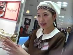 【HD隠撮動画】デパ地下のお菓子売り場の美人ショップ店員さんのパンチラがエロ仕様だった件wwwの画像