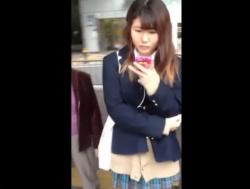 【隠撮動画】素人一般人の制服女子校生を尾行してエスカレーターで捲りパンチラを繰り返す危険人物!の画像
