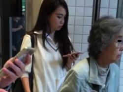 【HD隠撮動画】パンティはまだお子様風!大人びた美貌の制服女子校生を尾行スカート捲りパンチラ!!の画像