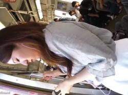 【隠撮動画】美人お姉さんの清楚な白いスカートの中身を隠し撮り!危険アングルでパンチラ収穫!!の画像