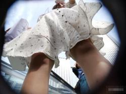 【HD隠撮動画】白いワンピースの清楚美女を追跡!無断撮影されたパンチラ映像が最高傑作wwwの画像