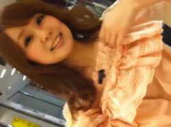 【隠撮動画】綺麗で色っぽくて可愛い巨乳美人のショップ店員のギャルの胸チラとパンチラとかwwwの画像