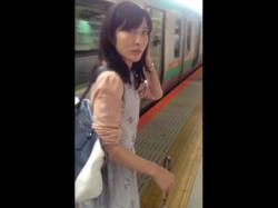 【HD隠撮動画】いたずらっ子し隊!駅構内で素人お姉さんに声掛けからの危険捲りパンチラ!!!の画像