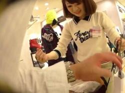【隠撮動画】激カワ美人のショップ店員さんのミニスカの中身!エロ過ぎるパンチラ隠し撮り映像がコレ!の画像