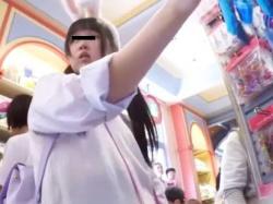 【隠撮動画】某テーマパーク夢の国でアドケナイ表情の制服女子校生の下半身からパンチラGET!の画像