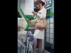 【HD隠撮動画】ファ◯マらしきコンビで超美人な素人ギャルの高画質パンチラ危険撮り!!の画像