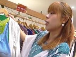 【隠撮動画】逆さHEROの餌食になったショップ店員の素人お姉さんのパンチラが公開される!!の画像