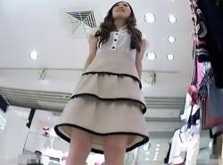 【隠撮動画】大人のお姉さん系の美人ショップ店員さんのパンチラ危険がアングル連発!!!の画像
