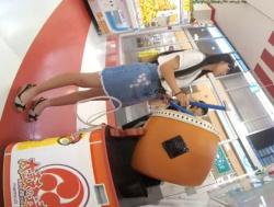 【HD隠撮動画】スレンダー美脚!小学生の弟君と太鼓ゲームしてるJC中◯生のパンチラ隠し撮りwwwの画像