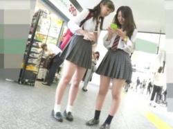 【隠撮動画】これは使うしかない!!!激カワ美少女JK二人組を発見して尾行パンチラを隠し撮り!の画像