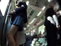 【隠撮動画】パンティを隠し撮りされた美少女!本物制服女子校生のパンチラを逆さ撮り!!の画像