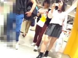 【HD隠撮動画】使いどころ満載!清純そうな女子校生のパンチラ接写撮り映像がコレwwwの画像