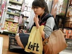 【HD隠撮動画】買い物満喫ポニテギャルに無断で密着してパンチラを攻略してるwwwの画像