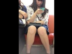 【隠撮動画】電車対面の眩い光景!素人ギャルの股間からパンチラ露出中wwwの画像
