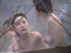 【隠撮動画】放送禁止状態!!!女子風呂隠し撮り映像にオバサンの特大巨乳輪が映り込むwwwの画像