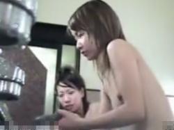 【隠撮動画】ガチもの危険映像!貧乳ちっぱいの美少女の全裸を女子風呂で隠し撮りしてる!!の画像