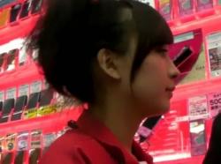 【HD隠撮動画】文句なくパンチラ大傑作!スマホ販売中の美人ショップ店員の純白パンティwwwの画像