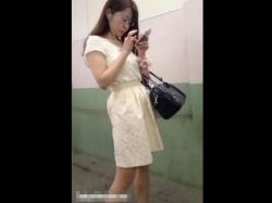 【隠撮動画】お色気満点!メガネ美人の人妻熟女系OLのスカートを捲りパンチラ攻略wwwの画像