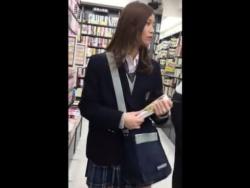【HD隠撮動画】信じられん!!!超SSSSS級の美少女ながらガニ股歩きの制服女子校生のパンチラ!!の画像