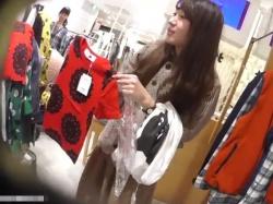 【隠撮動画】激カワ美人ショップ店員の接客中のスキを突いてパンチラ隠し撮り放題な件wwwの画像