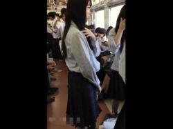 【隠撮動画】純情乙女な制服美少女の股間を逆さ撮りしてパンチラを隠し撮りとかwwwの画像