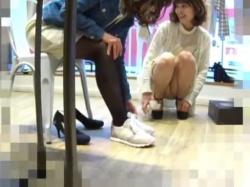 【隠撮動画】清楚で可愛いショップ店員の美人お姉さんの股間からパンチラ見放題な件wwwの画像