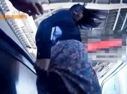 【隠撮動画】バレちまったー!!!完全修羅場じゃん!清楚美人のスカートを捲りパンチラ撮影!の画像
