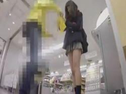 【隠撮動画】激カワ美少女の制服女子高生を逆さ撮りしたパンチラ映像が使いどころ満載wwwの画像