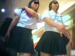【隠撮動画】完全OUTな本物パンティ映像!放課後のJK二人組から盗撮した生足パンチラ!の画像