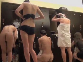 【隠撮動画】即削除!女子風呂脱衣所に潜入した女撮り師が潜入盗撮した女体の楽園www