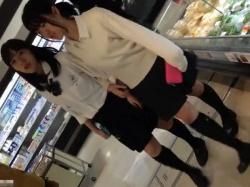 【隠撮動画】もうサイコー!発育中の激カワJC女子校生のパンチラを逆さ撮り盗撮wwwの画像