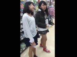 【隠撮動画】童顔フェイスの私服女子二人組に粘着して可愛いパンチラを盗撮!!の画像