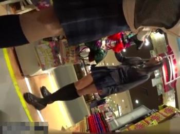 【隠撮動画】まだアドケナイ体付きの制服美少女のパンチラを隠し撮りしまくって公開!!の画像