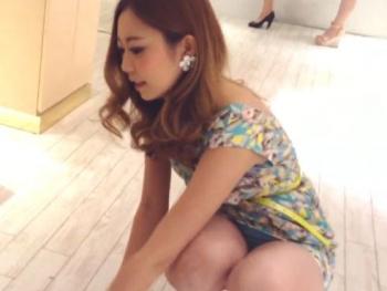 【HD隠撮動画】もうサイコー!史上最強レベルの美人ショップ店員の生パンチラ凝視wwwの画像