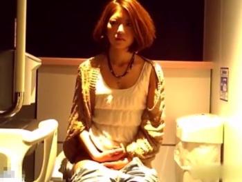 【HD隠撮動画】丸出しの股間がヤバイ!店内女子トイレを店長が盗撮した映像拡散!!の画像