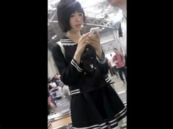 【隠撮動画】黒髪ショートヘアの美少女コスプレイヤーさんパンチラを盗撮されるwww