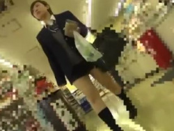 【隠撮動画】第二次成長期特有のムッチリ太ももが有能な女子校生のパンチラ盗撮!の画像