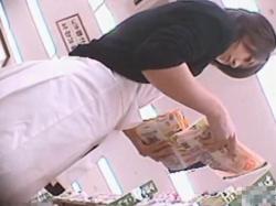 【隠撮動画】バレたら一巻の終わり!素人美人を狙って危険すぎる捲りパンチラ盗撮!の画像