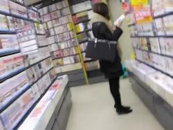 【隠撮動画】圧倒的危険人物の犯罪行為!書店でチンポを露出して美女に精子ぶっかけ!!の画像