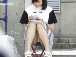 【隠撮動画】純白パンティ丸見えじゃん!清純美少女の股間を正面から凝視盗撮wwwの画像