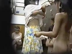 JS・JC!?ロリ三姉妹達のお風呂の脱衣所盗撮!きめ細かい肌とおっぱいお尻が眩しすぎ!の画像