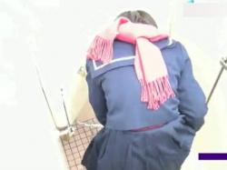 【無修正】若いOLやJKを狙って公衆トイレでおしっこやうんこしてる姿を床の隙間から盗撮wwwの画像