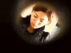 【無修正】公園の和式トイレは絶好の盗撮スポット!オシッコ中の美人お姉さんたちがドアの隙間から丸見えですwwの画像