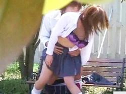 人気のない公園のベンチで青姦セックスする発情期のJKカップルを茂みの中から盗撮したったwwの画像