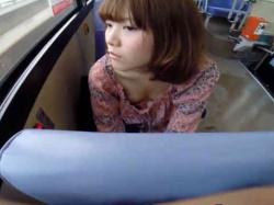 美人JDちゃんがバスの中で油断しまくってるもんだから胸チラ&パンチラ盗撮したったwwwの画像