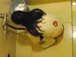 【無修正】公衆便所に訪れた美女たちが和式トイレでおしっこする様子を次々と盗撮したったwwの画像