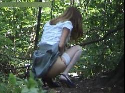 山中で尿意を催して野ションしているギャルを見つからないようにこっそり盗撮成功wwの画像