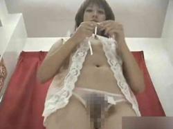 下着売り場の試着室に覗き穴をあけてエッチな下着を試すお姉さんの全裸姿を盗撮wの画像