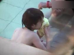 【無修正】某有名温泉の露天風呂で無防備な全裸姿を露わにする素人美女を茂みから盗撮wの画像